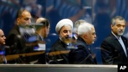 Presiden Iran Hassan Rouhani (tengah) bersama Menlu Iran Mohammad Javad Zarif (dua dari kanan) seusai memberikan sambutannya di hadapan Sidang Majelis Umum PBB, 25 September 2014 (Foto: dok).