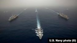"""Навчання ВМС США з залученням авіаносців """"Авраам Лінкольн"""" та """"Джон Стенніс"""""""