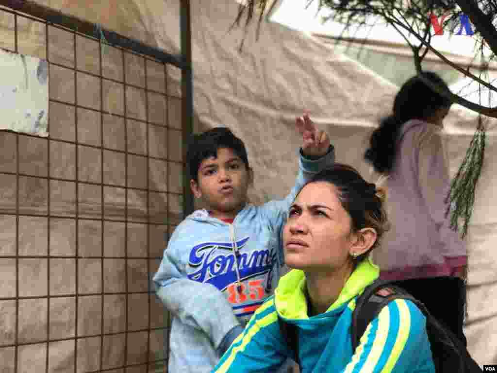 """Stefany Zavala, madre venezolana, señala que pensó que fuera de Venezuela todo sería distinto. Sin embargo, asegura que en Perú no le dieron oportunidad de trabajo. Según dijo en ese país creen que todos los venezolanos son criminales o malas personas. """"No todos los venezolanos somos iguales"""", afirma. (Foto: Alejandra Arredondo/VOA)"""