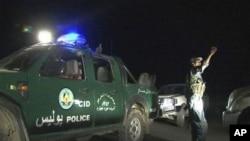喀布尔酒店袭击结束。图为阿富汗洲际酒店的保安人员正在指挥周围的车辆。