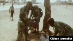 Des militaires bastonnent un homme au Zimbabwe, 20 janvier 2010.