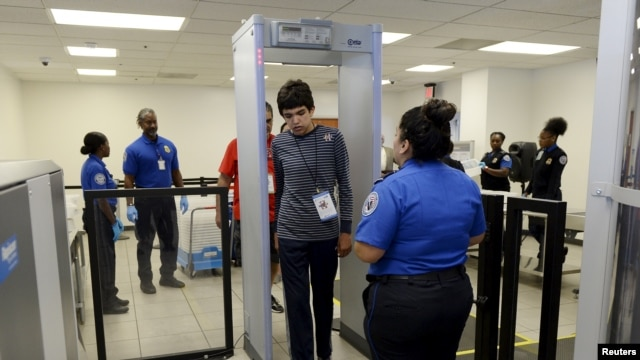El informe recomienda que TSA pida y revise datos adicionales de la lista de vigilancia de terrorismo.
