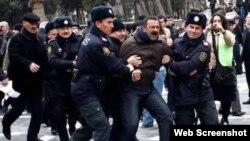 Tofiq Yaqublu etiraz aksiyası zamanı polislər tərəfindən saxlanılarkən (Foto Azerfoto.az saytınındır)
