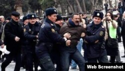 Tofiq Yaqublu etiraz aksiyası zamanı polislər tərəfindən saxlanılarkən (arxiv fotosu)