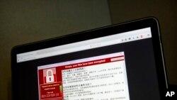 Sebuah screenshot yang menampilkan peringatan di layar yang diduga adalah serangan ransomware, sebagaimana terekam oleh seorang pengguna komputer di Taiwan, tampak di sebuah laptop di Beijing, 13 Mei 2017 (foto: AP Photo/Mark Schiefelbein)
