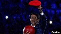 지난 21일 빗속에 진행된 브라질 리우데자네이루 올림픽 폐막식에 인기 게임 캐릭터인 수퍼 마리오 복장으로 참석한 아베 신조 일본 총리.