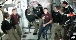 Cérémonie d'adieux à bord de la Station spatiale internationale