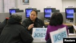 Una trabajadora social da asesoría a personas sin trabajo en un centro de empleos en San Francisco, California.