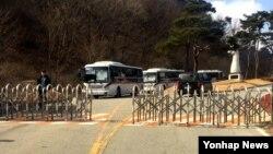 27일 한국의 사드(THAAD) 부지인 성주골프장 입구를 경찰과 보안업체 관계자들이 지키고 있다. 이날 골프장 입구에는 의경 버스 6대가 배치됐다. 입구서 2㎞ 거리인 소성리 마을회관에는 주민 4명이 사드결사반대 팻말을 내걸고 지키고 있었다.
