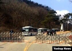 27일 한국의 사드 부지인 성주골프장 입구를 경찰과 보안업체 관계자들이 지키고 있다.