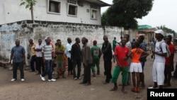Des habitants sont dans la rue à Kinshasa, le 30 décembre 2013.