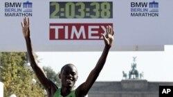 Patrick Makau wa Kenya askimaliza Berlin Marathon katika rekodi mpya ya dunia saa 2, dakika 3, sekunde 38.