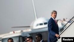 Menteri Luar Negeri Amerika John Kerry memasuki pesawat (Foto: dok). Kerry akan memulai misi diplomatik empat hari di Eropa dan menghadiri KTT anti-korupsi.