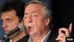 El ex-presidente Nestor Kirchner asumió como nuevo diputado nacional generando tensiones en el Congreso argentino.