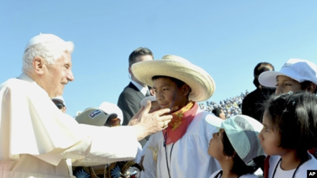 Pope Benedict XVI blesses a young Mexican boy as he arrives in Leon, March 23, 2012.