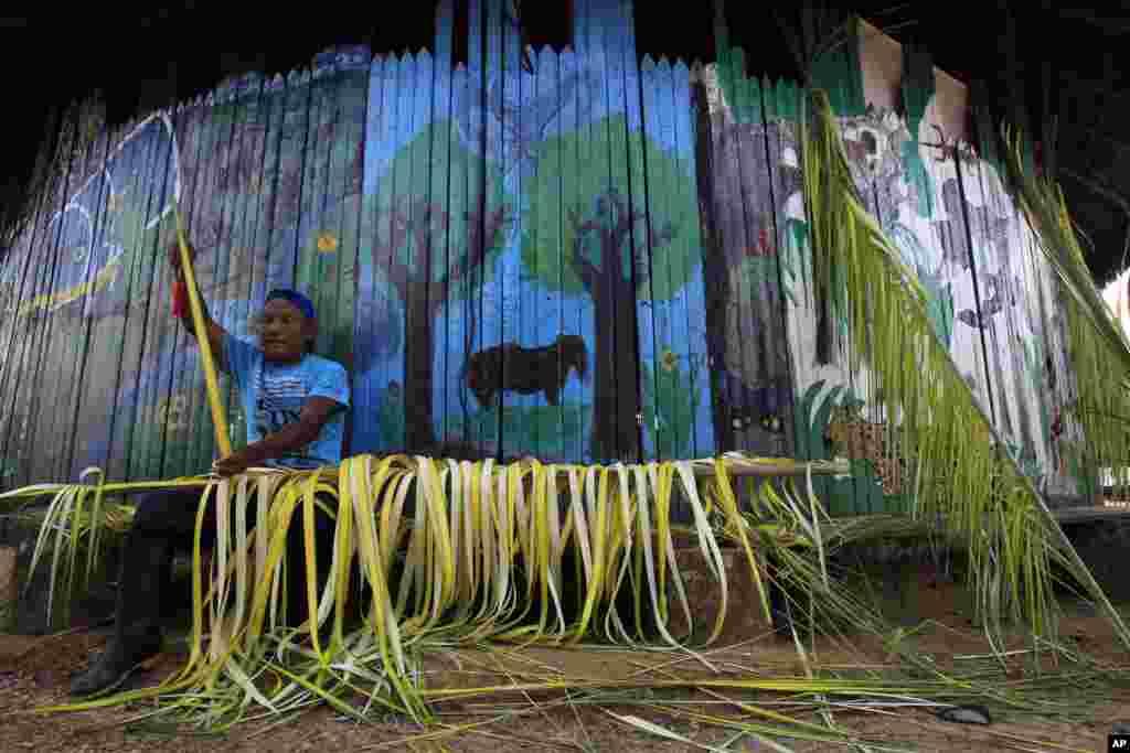 Sarajaku Indijanac izrađuje ukrase od palmi u svom selu, u Ekvadoru.