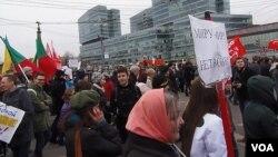 吞併克里米亞後,2014年3月在莫斯科舉行的反戰和反俄羅斯侵略烏克蘭的示威。 (美國之音白樺拍攝)