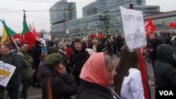 吞并克里米亚后,2014年3月在莫斯科举行的反战和反俄罗斯侵略乌克兰的示威。(美国之音白桦拍摄)