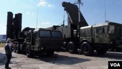 2014年莫斯科武器展上的S-400防空導彈。(美國之音白樺攝)