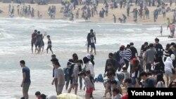 어린이날이자 황금연휴 첫날인 5일 부산 해운대 해수욕장에서 여행객들이 물놀이를 하고 있다.