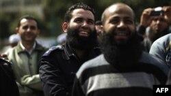 Un officier de police égyptien barbu rit lors d'une manifestation exigeant la mise en application d'une récente décision de justice autorisant des policiers barbus à servir au Caire le 1er mars 2013.