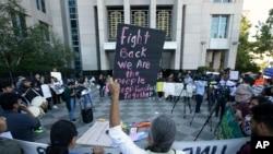 抗议者在加州首府圣克拉门托的一家联邦法院外示威,反对川普在打击非法移民问题上的强硬立场。(2018年6月20日)