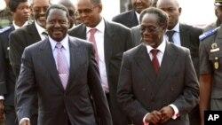 肯尼亚总理奥廷加(左)抵达科特迪瓦国际机场
