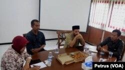 Perwakilan warga Syiah Sampang, Iklil Almilal (dua kiri) saat berada di Pusat Studi Hukum dan HAM Fakultas Hukum Unair (Foto: VOA/Petrus Riski).