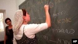 Bahasa Ibrani yang sebelumnya hanya digunakan untuk doa dan studi berhasil dilestarikan menjadi bahasa nasional Israel, dan digunakan sebagai bahasa sehari-hari oleh jutaan orang (foto: dok.).
