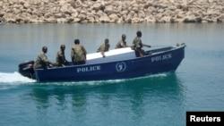 沉船後救援人員將死者遺體運回上岸