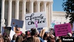 Aktivis Women's March berpartisipasi dalam protes nasional menentang keputusan Presiden AS Donald Trump untuk mengisi kursi di Mahkamah Agung yang ditinggalkan oleh almarhum Hakim Ruth Bader Ginsburg sebelum pemilihan 2020, di Washington, AS, 17 Oktober 2020. (Foto: Reuters)