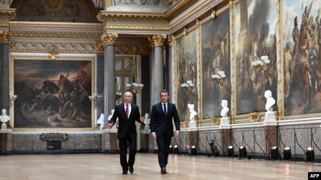 法国新总统马克龙与俄罗斯总统普京在巴黎附近的凡尔赛宫举行面对面会谈之后走过战争美术馆,去参加记者会(2017年5月29日)