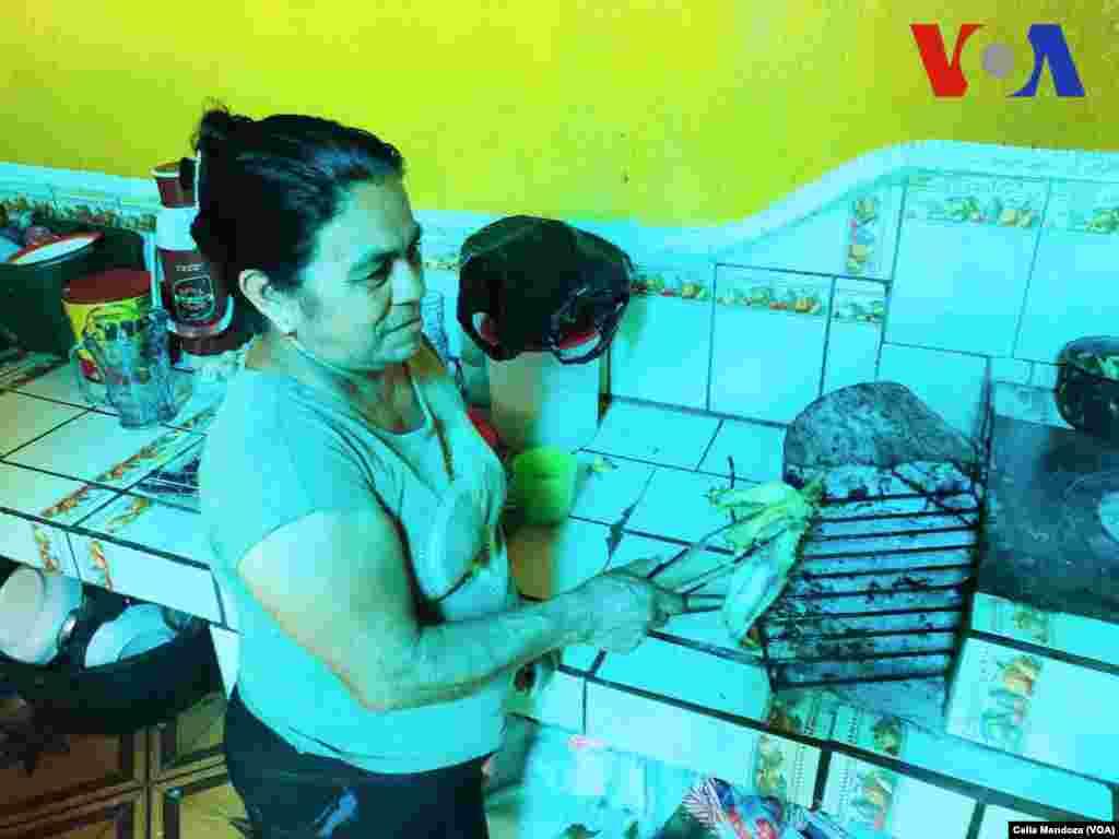 Guadalupe García Payes, mamá de Yeni González. (Celia Mendoza - VOA)
