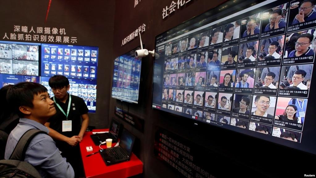 一个面部识别技术公司在深圳举行的中国公安展销会上的展台。(2017年10月30日)