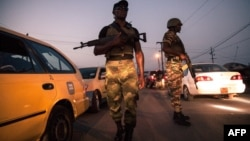 Des soldats de la 21e Brigade d'infanterie motorisée patrouillent dans les rues de Buea, région du Sud-Ouest du Cameroun, le 26 avril 2018.
