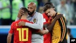 Thierry Henry oo u laab qaboojinaya qaar ka mid ah ciyaartooyda xulka Belgium