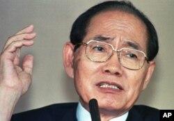 叛逃到韩国的朝鲜级别最高的官员黄长烨于1997年寻求在韩国庇护后第一次开记者会(1997年7月10日)