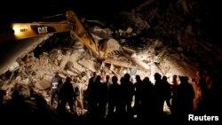 Lực lượng cứu hộ làm việc trong đêm tại một ngôi nhà bị sập đổ sau trận động đất ở Pescara del Tronto, miền trung nước Ý, 24/8/2016.