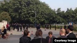 西方外交官到刘远东庭审现场附近关注。(推特图片)