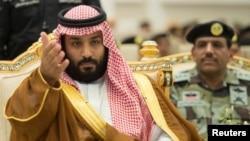 ອົງມົງກຸດຣາຊະກຸມມານ ຊາອຸດີ ອາຣາເບຍ ເຈົ້າຊາຍ Mohammed bin Salman ລະຫວ່າງການເດີນສວນ ສະໜາມຂອງພວກທະຫານ ທີ່ເມືອງ Mecca ປະເທດ Saudi Arabia.