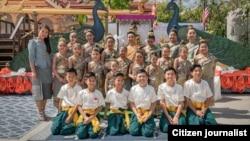 ທ່ານນາງ ໜອມ ທອງພະຈັນ ພ້ອມກັບນັກສິລະປະ San Diego Lao Heritage Foundation.