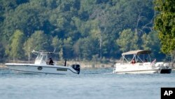 """Les secouristes patrouillent dans la zone où un """"duck boat"""" (bateau canard) a chaviré la nuit précédente, causant au moins 17 morts sur le lac Table Rock à Branson, au Missouri, 20 juillet 2018."""