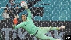 یان سومر، دروازه بان تیم ملی فوتبال سویس که پنالتی پنجم فرانسه را مهار کرد و تیمش را راهی دور یک بر هشت ساخت.