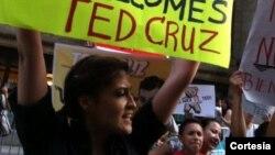 Soñadores de Texas llegaron hasta Nueva York para participar de una protesta contra el senador republicano Ted Cruz. [Foto: Cortesía, DREAM Action Coalition].