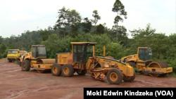 Les travailleurs d'une entreprise de construction en charge de la construction de l'auto-route reliant la capitale economique Douala et la capitale politique Yaounde sont en grève, à Yaoundé, Cameroun, le 3 novembre
