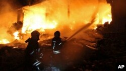 Na ovoj fotografiji, koju su snimili bijeli šljemovi, sirijska civilna zaštita, vide se vatrogasci bijelih šljemova kako se bore protiv vatre na mjestu eksplozije koja je pogodila petospratnicu, u selu Sarmada, u blizini turske granice, sjeverna Sirija, 12. avgusta 2018.