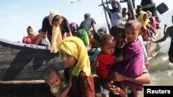 Para pengungsi Rohingya yang baru datang dari Myanmar, tiba di Shah Porir Dwip, Teknaf, Bangladesh 1 Oktober lalu (foto: dok).