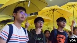 周永康(左起)、羅冠聰、黃之鋒否認煽惑他人參與非法集會及參與非法集會罪名。(美國之音湯惠芸攝)