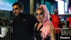 Lady Gaga dan Michael Polansky meninggalkan arena pertandingan Super Bowl LIV di Hard Rock Stadium, Miami Gardens, Florida, 2 Februari 2020.