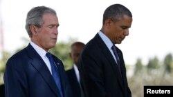 바락 오바마 미국 대통령(오른쪽)과 조지 W. 부시 전 대통령이 지난 2013년 7월 열린 '1998년 미 대사관 폭탄 테러' 희생자 추모 행사에서 함께 묵념하고 있다. (자료사진.)